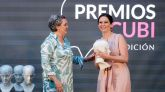 La presidenta de la Comunidad de Madrid recibiendo el premio.