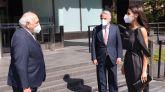 La Reina Letizia junto con el presidente de la Fundación de Ayuda contra la Drogadicción (FAD), Ignacio Bayón (d) y el presidente de la Mutua Madrileña Ignacio Garralda.