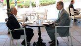 El Rey Felipe VI y el presidente portugués, Marcelo Rebelo de Sousa, comen en una de las terrazas próximas al Palacio Real, durante un encuentro celebrado en Madrid.