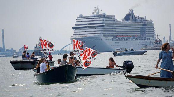 Venecianos protestan por la llegada de nuevo de grandes cruceros a la laguna