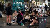 Jóvenes en una plaza de Barcelona haciendo botellón.