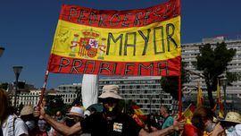 Un manifestante muestra una pancarta durante la concentración convocada por la plataforma Unión 78 en la plaza de Colón.