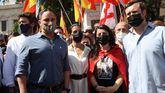 El presidente de Vox, Santiago Abascal (i), acompañado por sus compañeros de partido, Rocío Monasterio (2i), Macarena Olona (2d), y el portavoz de la formación en el Congreso, Iván Espinosa de los Monteros, asisten a la concentración en la plaza de Colón para manifestar su oposición a los indultos a los condenados por el 'procés'.