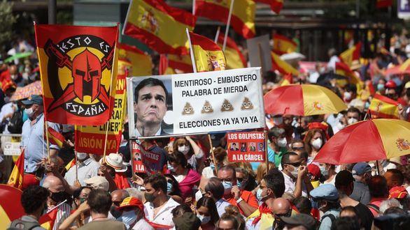 Manifestantes asisten a la concentración convocada por la plataforma Unión 78, este domingo en la Plaza de Colón de Madrid, para manifestar su oposición a los indultos a los condenados por el 'procés'.