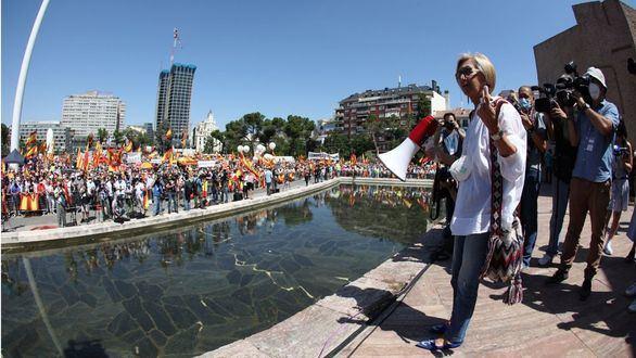 Rosa Díez (d), durante de la concentración convocada por la plataforma Unión 78, este domingo, en la Plaza de Colón de Madrid, para mostrar su oposición a los indultos a los condenados por el 'procés'.