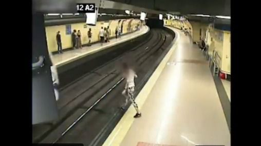 La Policía de Madrid evita el suicidio de una joven en el Metro de Lavapiés