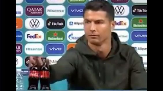 Polémica por el gesto de desprecio de Cristiano Ronaldo a Coca-Cola