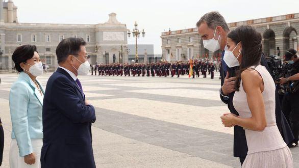 Los Reyes Felipe y Letizia saludan al presidente de Corea del Sur, Moon Jae-In, y su esposa Kim Jung-Sook.