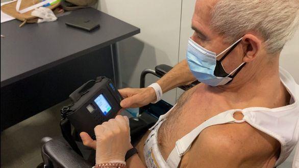 Así es el chaleco desfibrilador portátil que se coloca sobre la piel y monitoriza el ritmo cardíaco