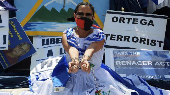 La activista Carolina Sédiles, de la Coalición por la Libertad de Nicaragua, realiza un plantón frente a la sede de la Organización de Estados Americanos (OEA).