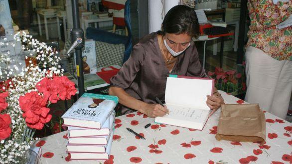 La periodista Jacinta Cremades firma ejemplares de su primera novela, Regreso a París