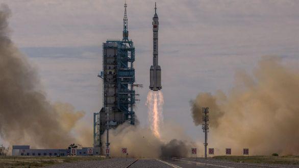 El cohete Larga Marcha-2F, que transporta el Shenzhou-12, despega desde el Centro de Lanzamiento de Satélites de Jiuquan, en el desierto de Gobi.