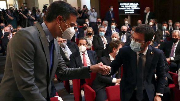 El presidente del Gobierno, Pedro Sánchez, y el presidente de la Generalidad saluda al secretario general de ERC, Pere Aragonés en un acto este lunes.
