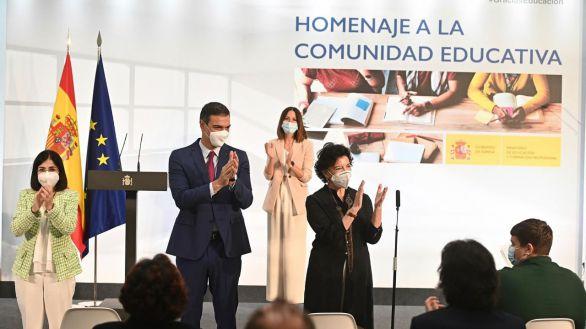 Sánchez contraprograma a Díaz Ayuso con un homenaje a la educación en Moncloa