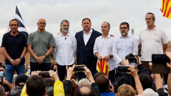Los presos independentistas saludan a los simpatizantes que se han congregado a las puertas del centro Penitenciario de Lledoners.