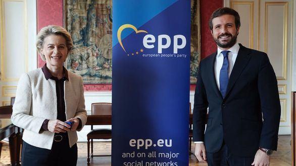 La presidenta de la Comisión Europea, Ursula Von der Leyen y el presidente del PP, Pablo Casado.