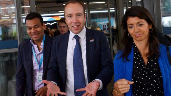 Imagen de archivo del que fuera Ministro de Salud, Matt Hancock, y una de sus ayudantes, Gina Coladangelo.