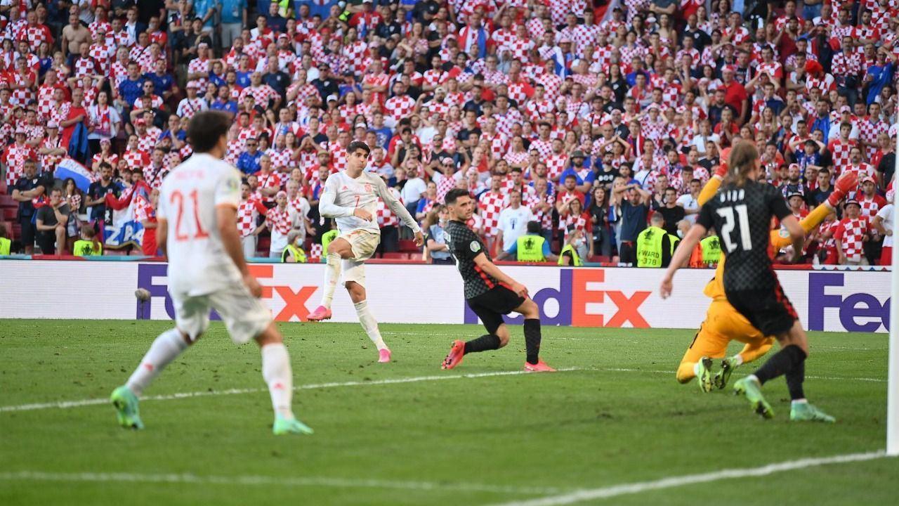 Morata, en el disparo que supuso en el 3-4 en la prórroga ante Croacia.