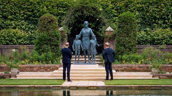 Guillermo y Enrique se dan una tregua y acuden juntos a la inauguración de una estatua de su madre