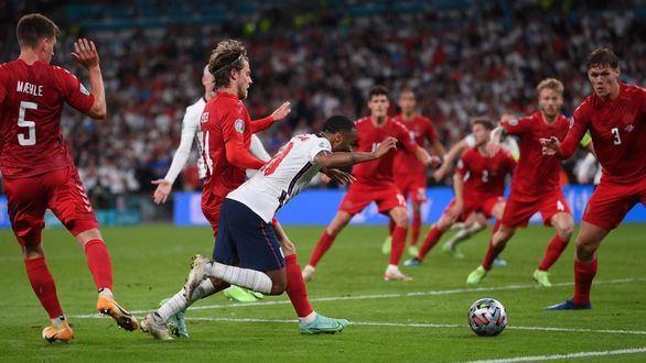El árbitro y Kane regalan a Inglaterra el derecho a la locura | 2-1