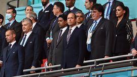 Superliga. Clamor mundial: Inglaterra está en la final de la Eurocopa por el favor a la UEFA