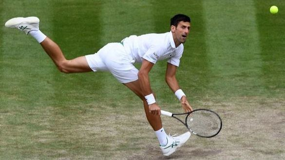 Novak Djokovic responde una bola en un partido del Torneo de Wimbledon.