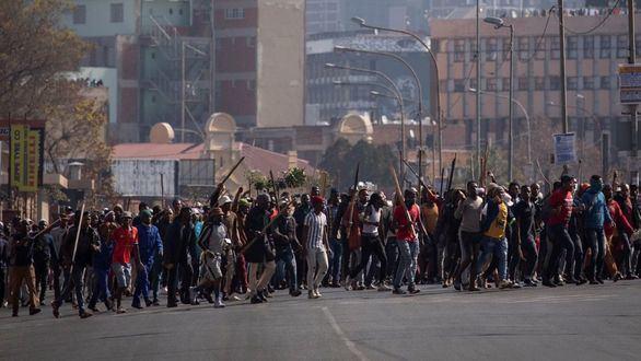 62 detenidos por protestas violentas tras el encarcelamiento del expresidente Zuma