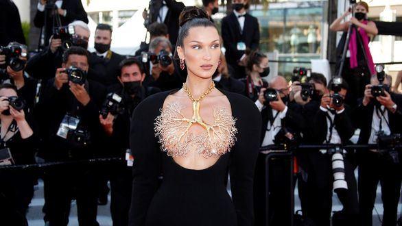 Bella Hadid eclipsa Cannes con un impresionante vestido joya