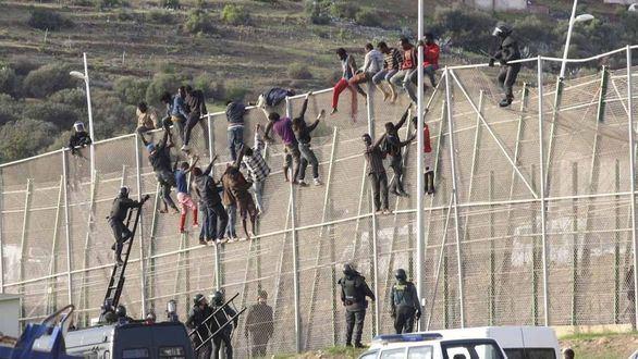 Una veintena de inmigrantes entran en Melilla en un segundo salto a la valla en dos días