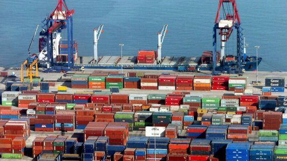 El déficit comercial cae un 51% gracias al repunte de las exportaciones