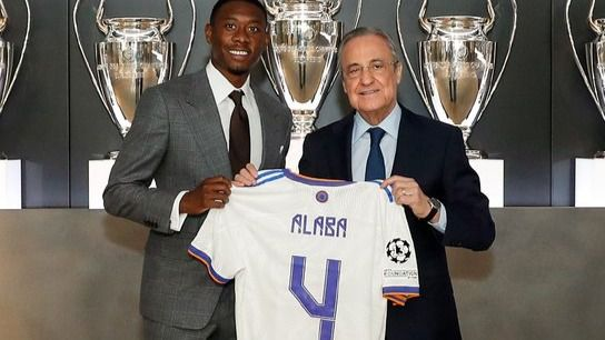 El futbolista David Alaba posa junto al presidente del Real Madrid, Florentino Pérez.