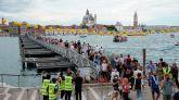 Peregrinos atraviesan el Canal de Giudecca con motivo de la Fiesta del Redentor.