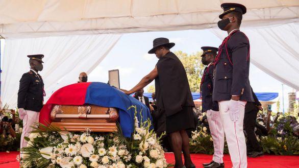 La primera dama de Haití, Martine Moise, se despide de su esposo, el presidente Jovenel Moise,  asesinado en su residencia en la madrugada del 7 de julio pasado.