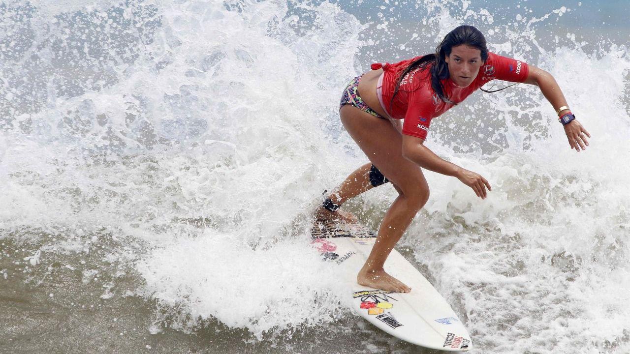 La surfista ecuatoriana que pasó de dormir en la playa a clasificarse a los JJ.OO.