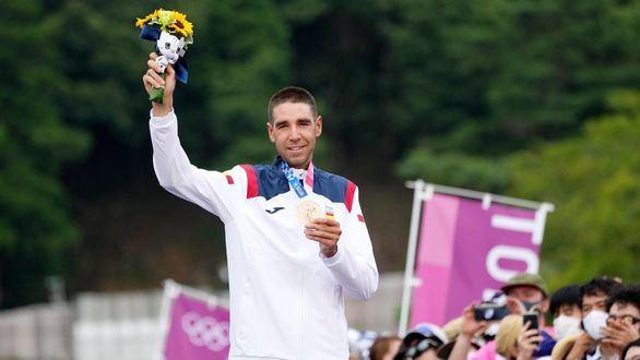 Segunda medalla para España y los himnos empiezan a sonar en la piscina