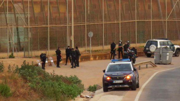 Cientos de marroquíes colapsan la oficina de asilo en Ceuta tras una noche complicada en Melilla