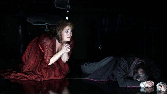 La soprano norteamericana, Sondra Radvanovsky, durante su actuación hoy lunes en el Teatro Real de Madrid interpretando 'Tosca' de Giacomo Puccini.