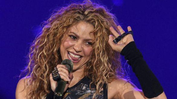 """La cantante colombiana Shakira se presenta durante un concierto de su gira """"El Dorado World""""."""