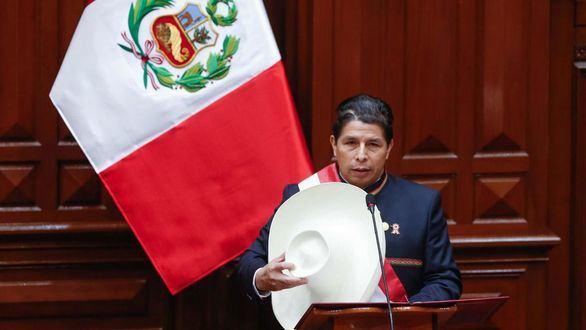 Pedro Castillo asume la presidencia de Perú y anuncia el servicio militar para jóvenes 'ninis'