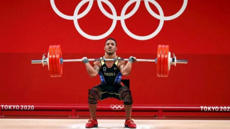 El atleta venezolano Julio Mayora dedica su medalla olímpica a Hugo Chávez
