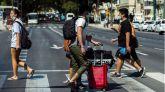 Varios turistas con maletas caminan por el centro de Málaga, este lunes.
