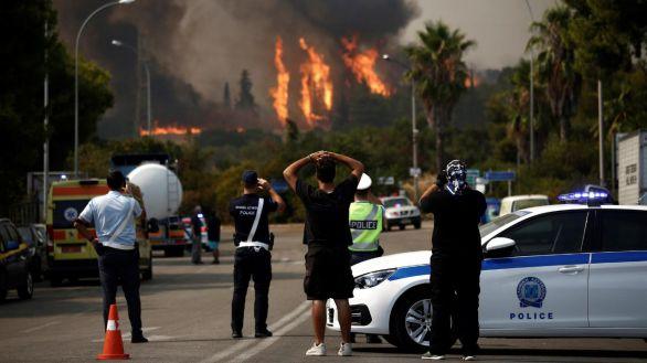 Evacúan tres suburbios de Atenas por un gran incendio en plena ola de calor