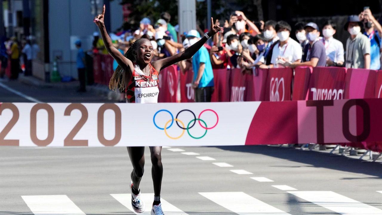 La keniana Jepchirchir gana el maratón olímpico más lento de la historia