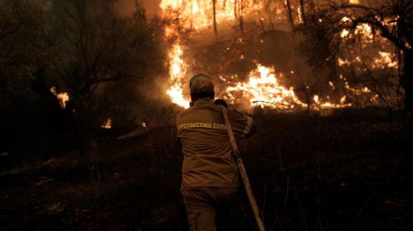 La isla griega de Eubea sigue consumiéndose pasto de las llamas