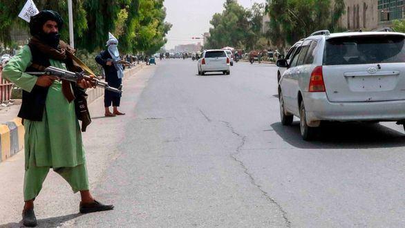 Los talibanes provocan el caos en el aeropuerto de Kabul para impedir la salida de refugiados