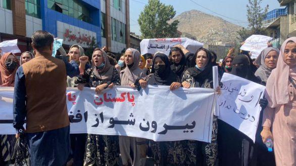 Cientos de mujeres se manifiestan contra los talibanes en Kabul al grito de