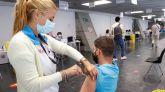 Un hombre recibe la vacuna contra la covid en el punto de vacunación masivo instalado en el Wizink Center de Madrid.