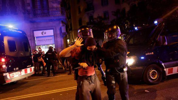 Radicales asedian y atacan la Jefatura de la Policía en Barcelona