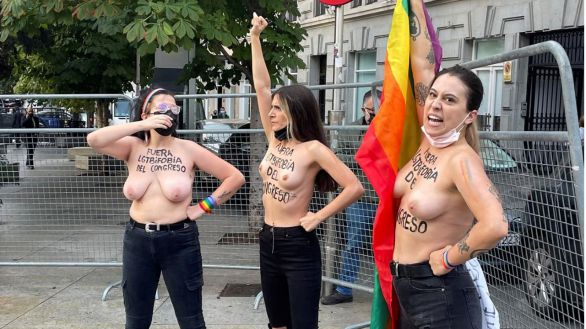 Activistas de Femen protestan frente al Congreso contra la homofobia