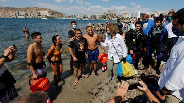 Doña Sofía recoge plásticos y colillas de una playa para ayudar a concienciar